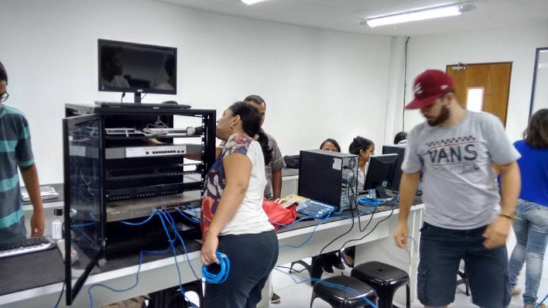 Aula prática e expositiva, montagem de redes e instalação de Windows Server 2008.