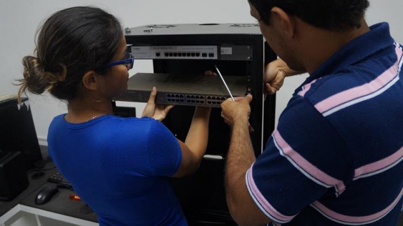 Montagem do  rack de treinamento com alunos dos cursos de Telecomunicações e Redes.